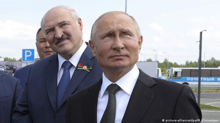 Vladimir Putin and Alexander Lukashenko, pictured June 30, 2020, attend a ceremony unveiling a new memorial to the second World War in Rzhev. (picture-alliance/dpa/M. Klimentyev)
