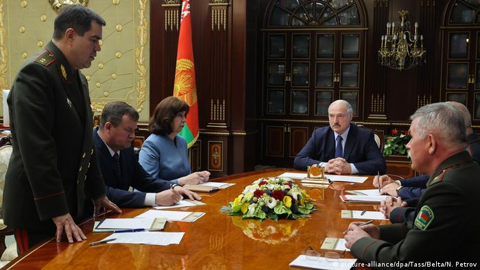 Глава КГБ Валерий Вакульчик докладывает президенту Александру Лукашенко о задержании боевиков Вагнера
