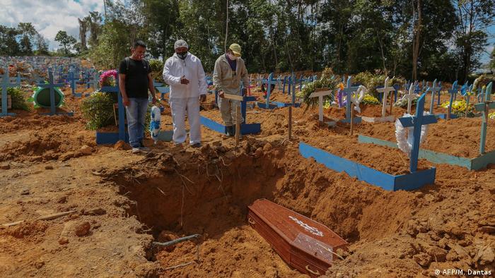 Coronavirus | Brasilien Trauer um Covid-19-Opfer (AFP/M. Dantas)