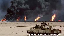 Irak zweiter Golfkrieg verlassener Panzer vor brennenden Ölfeldern