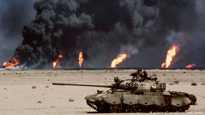 Drugi Zaljevski rat: uništen tenk pred naftnim poljem u plamenu