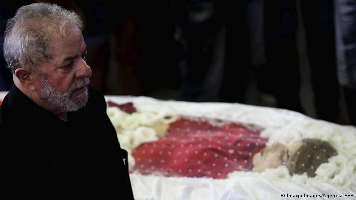 Lula diante de caixão de sua mulher, Marisa
