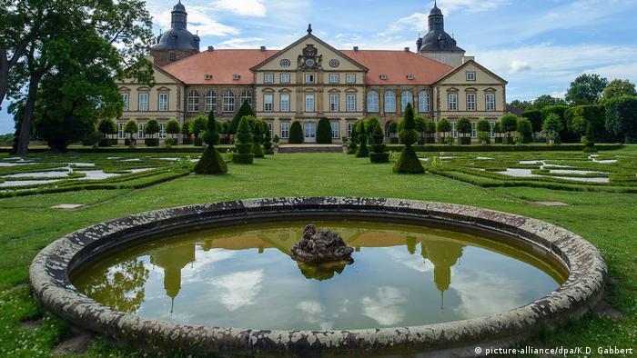 El castillo de Hundisburg fue mencionado por primera vez en 1140 y se utilizaba para proteger las fronteras del arzobispado de Magdeburgo. En 1452 fue adquirido por la familia von Alvensleben. Los jardines barrocos, ampliados en 1693, son los más famosos del norte de Alemania. El palacio y los jardines forman parte de la muestra histórica Gartenträume, en Sajonia-Anhalt, que celebra sus 20 años.