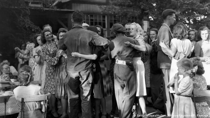 US-Soldaten in Deutschland Nachkriegszeit Tanzen mit Deutschen (Getty Images/Hulton Archive/Keystone/F. Ramage)