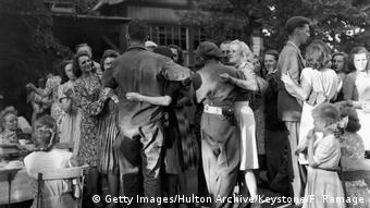 1945: Ushtarë amerikanë e britanikë në Berlin vallëzojnë me gjermanet