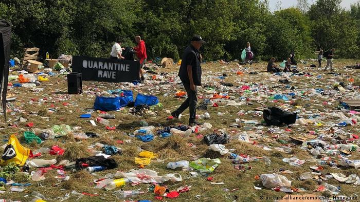 A field littered with rubbish. The scene following an illegal rave in Greater Manchester, UK, in June 2020 (picture-alliance/empics/G. Honeybee)