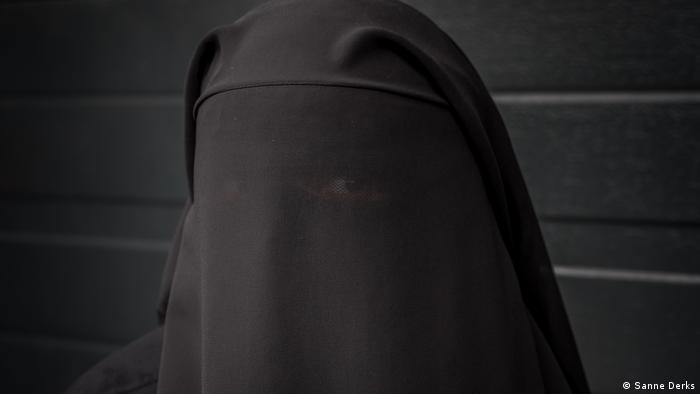 رغم سمعتها بأنها بلد متحرر، أصبحت هولندا بلدا أقل تسامحا. تقول عمارة. ترى أن القانون استهدف الإسلام.