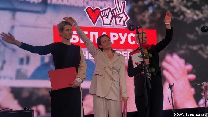Светлана Тихановская (в центре) во время митинга в Минске