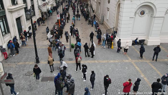 Los chilenos podrán retirar hasta el 10% de sus fondos de pensiones para paliar los efectos de la pandemia.