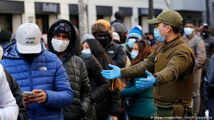 Chilenos haciendo una fila para solicitar el retiro de un porcentaje de sus fondos de pensiones.