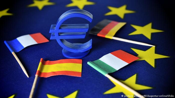 Illustration | Eurozeichen auf EU-Fahne mit den Fahnen von Spanien, Italien, Frankreich und Deutschland