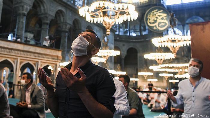 Ayasofya Camii'nde kılanan ilk namaza yaklaşık 350 bin kişinin katılmasının bulaşın artmasına yol açtığı düşünülüyor.