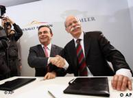 戴姆勒董事长蔡澈(右)与雷诺-日产总裁戈恩在签字仪式上