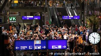 People fill Berlin's central train station and dance tango (picture-alliance/dpa/F. Gentsch)