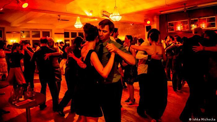 Couples dance tango at Nou Tango in Berlin (Ishka Michocka)