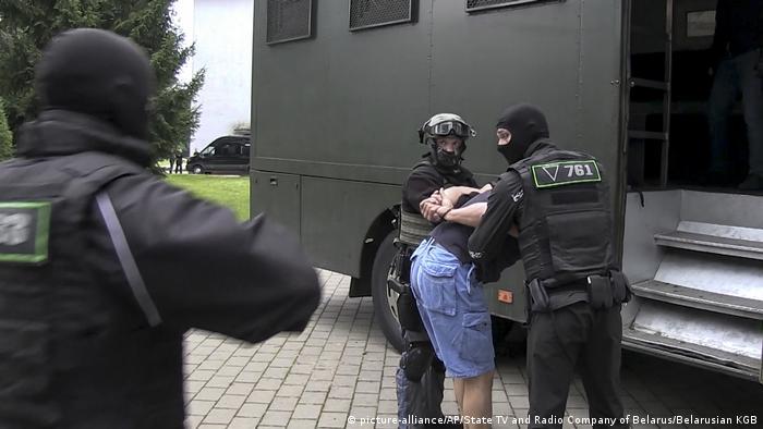 Сотрудники спецподразделения КГБ Беларуси задерживают одного из членов группы вагнеровцев под Минском