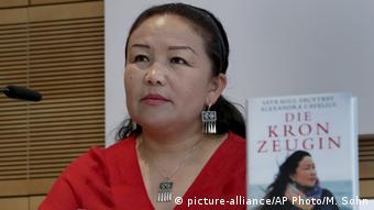 Sayragul Sauytbay with her book in German
