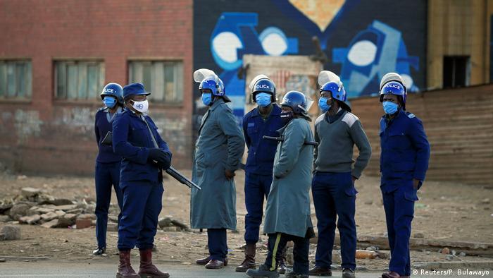 Polícias nas ruas vazias de Harare