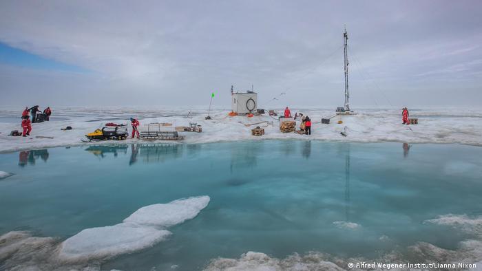 Vor dem endgültigen Ende der Eisscholle: Mitarbeiter packen die Bestandteile des Forschungscamps zusammen (Foto: Alfred Wegener Institut/Lianna Nixon )