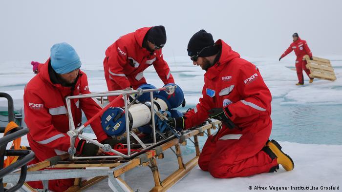 Vor dem endgültigen Ende der Eisscholle: Mitarbeiter packen die Bestandteile des Forschungscamps zusammen (Foto: Alfred Wegener Institut/Lisa Grosfeld)