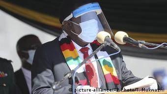 Zimbabwean President Emmerson Mnangagwa addresses mourners at the burial of Zimbabwean minister Perence Shiri, who died of Covid-19, during his burial in Harare, Friday, July, 31, 2020. (picture-alliance/AP Photo/T. Mukwazhi)