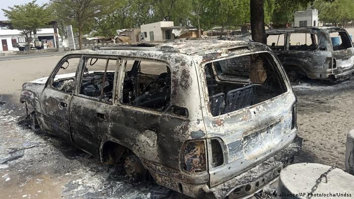 Zerstörtes Auto nach einem Anschlag in Monguno, Borno State, Nigeria (picture-alliance/AP Photo/ocha/Undss)