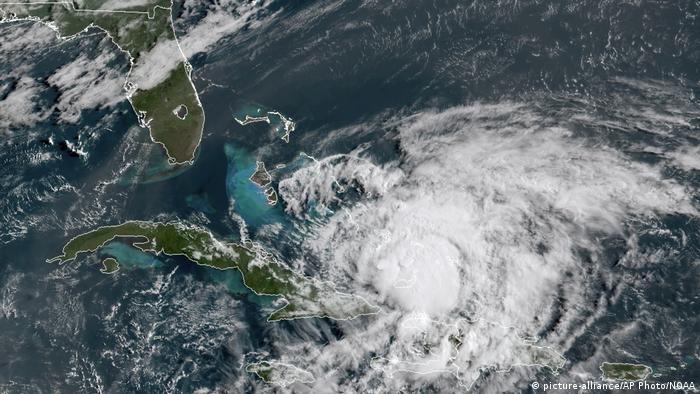 Satellitenbild   Hurrikan Isaias wütet in der Karibik