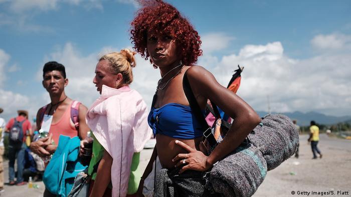 Un grupo de migrantes transgénero de América Central atraviesa México rumbo a Estados Unidos como parte de una caravana