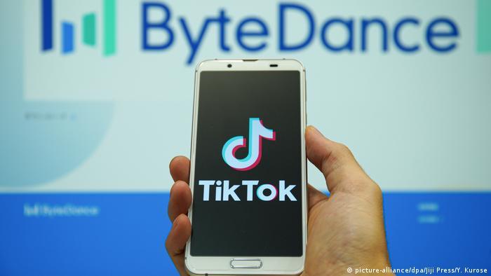 TikTok-Logo auf einem Handy vor dem Firmen-Logo ByteDance (picture-alliance/dpa/Jiji Press/Y. Kurose)