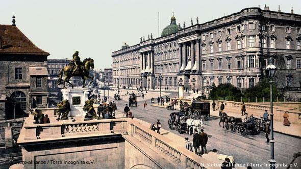 Berlin, Kurfürstenbrücke mit Stadtschloss, koloriertes Foto um 1900