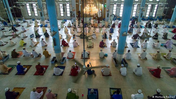 Pelaksanaan ibadah Salat Eid dengan protokol wabah pada saat Idul Adha di Masjid Baitul Mukarram, Dhaka, Bangladesh.