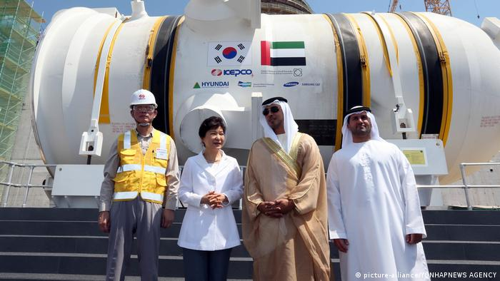 Die südkoreanische Präsidentin Geun-hye steht neben Vertretern aus den Vereinigten Arabischen Emiraten vor einem Reaktor (picture-alliance/YONHAPNEWS AGENCY)