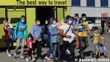 Griechenland Migranten steigen in Athen in ein Flugzeug der Aegean Airlines