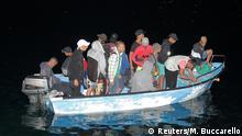 Italien Bootsflüchtlinge erreichen nachts die italiensiche Insel Lampedusa