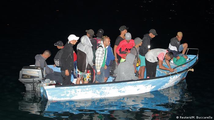 Embarcação de migrantes chega à ilha italiana de Lampedusa