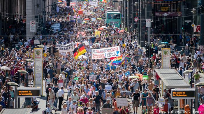 В Берлине прошла акция против COVID-ограничений | Новости из Германии о Германии | DW | 01.08.2020
