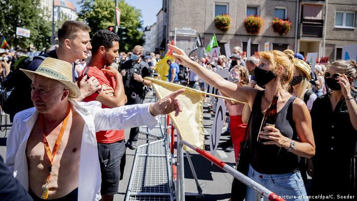 مظاهرة في برلين ضد قواعد كورونا يواجهها متظاهرون آخرون يدعون لخروجهم من المدينة (1/8/2020)