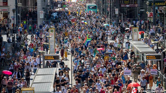 Tausende Protestierende mit Fahnen und Plakaten in der Berliner Friedrichstraße (Getty Images/M. Hitij)