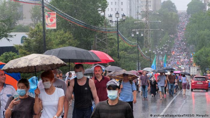 Массовое шествие одной из центральных улиц Хабаровска в поддержку бывшего губернатора Хабаровского края Сергея Фургала.
