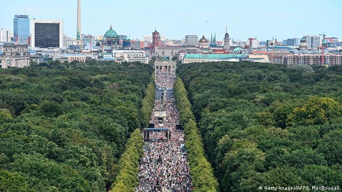 Manifestação contra as medidas de distanciamento social em Berlim