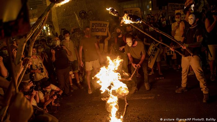 Jerusalem - Protesters light torches during a protest against Israel's Prime Minister Benjamin Netanyahu outside his residence in Jerusalem, Saturday, Aug 1, 2020 (picture -lliance/AP Photo/O. Balilty)