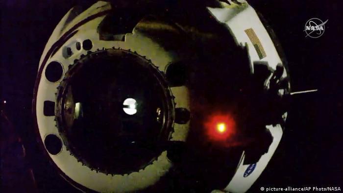 کپسول اسپیس ایکس هنگام ترک ایستگاه فضایی بینالمللی