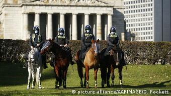 Конная полиция у Монумента памяти в Мельбурне