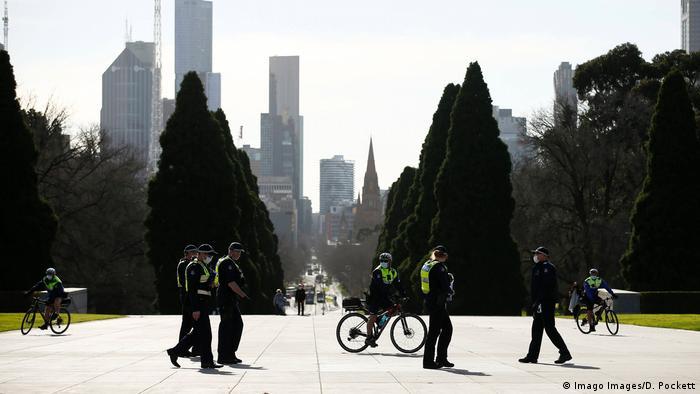 Policiais nas ruas de Melbourne visam garantir obediência às regras contra o coronavírus