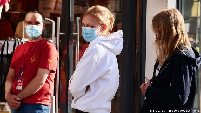 Deutschland Coronavirus - Berlin | Schlange stehen (picture-alliance/dpa/W. Steinberg)