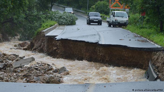 Zerstörte Straße im Gebiet der Stadt Chungju (Foto: picture-alliance/dpa/YNA)