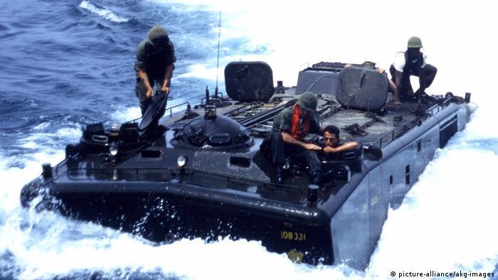 Symbolbild I Amphibienfahrzeug USA I Amtrac (picture-alliance/akg-images)
