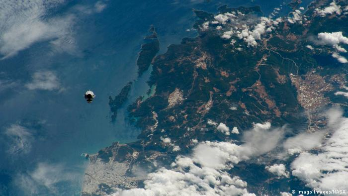 SpaceX Dragon as seen from space (Imago Images/NASA)