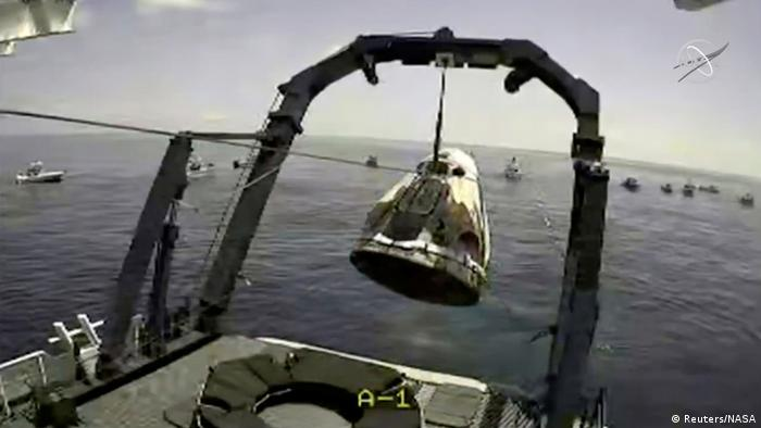 Die SpaceX-Kapsel wird nach der Wasserlandung geborgen