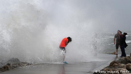 Uragan Isaija, koji je doduše oslabio na nivo tropske oluje, protutnjao je obalama Floride. Ima ih i koji su uživali u njegovim talasima. Danas i sutra se seli na obale Džordžije.